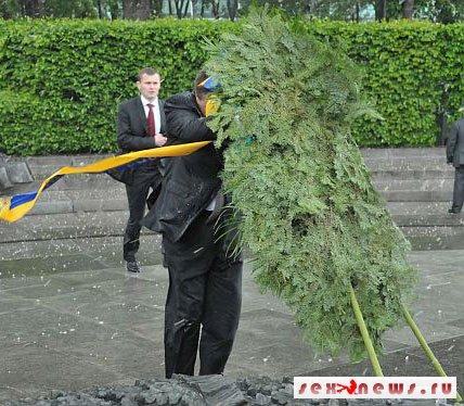 У памятника Неизвестному солдату на Януковича упал венок (фото)