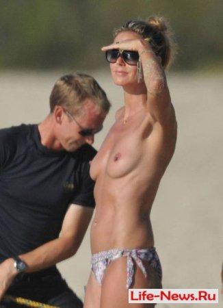 Хайди Клум загорает топлес на пляже