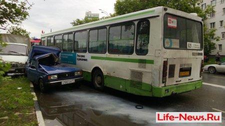 Серьезное Дтп: Автобус врезался в автомобиль Иж