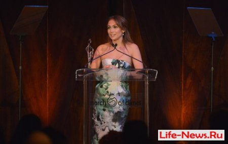 Дженнифер Лопес получила награду за материнство
