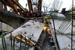 На строительстве новой транспортной развязки на проезжую часть упала балка