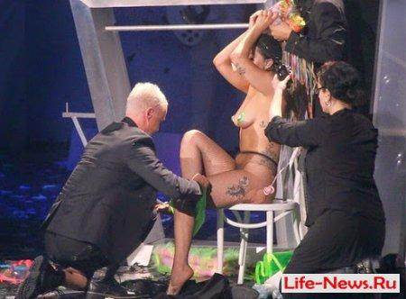 Леди Гагу раздели догола во время концерта