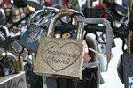 """Под бременем """"замочков любви"""" в Париже рухнула ограда моста Искусств"""