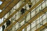 В Москве на строительной площадке при реконструкции здания обрушились леса, есть пострадавшие