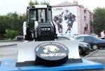 В Челябинске перед дворцом спорта поставили бульдозер с огромной шайбой