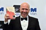 Принц Чарльз вручил Букеровскую премию писателю из Австралии Ричарду Флэнагану