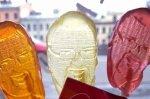 На гей-параде всем раздавали леденцы на палочках в виде головы депутата заксобрания Петербурга