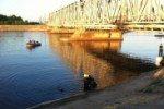 Катер налетел на опору железнодорожного моста, загорелся и утонул. Есть жертвы