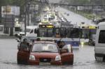 В Москве из-за ливней затопило Профсоюзную улицу
