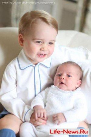 Принцесса Шарлотта снялась в первой официальной фотосессии