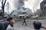 В Индонезии военно-транспортный самолет рухнул на жилой район города