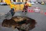 В Москве и Новосибирске автомобили провалились поз землю