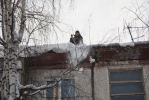 В Башкирии на двух детей упала глыба снега и льда с крыши дома