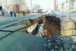 Во Владивостоке в строительный котлован сползла проезжая часть улицы