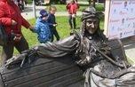 В Челябинске появился памятник Бабе Яге