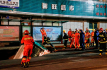 В китайском городе Синин в дыру на остановке провалился автобус с людьми и прохожие, есть жертвы