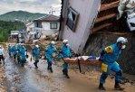 Число жертв наводнений и оползней в Японии растет